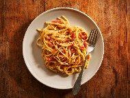 Спагети Карбонара с готварска сметана, зехтин, бекон, чесън, жълтъци и пармезан